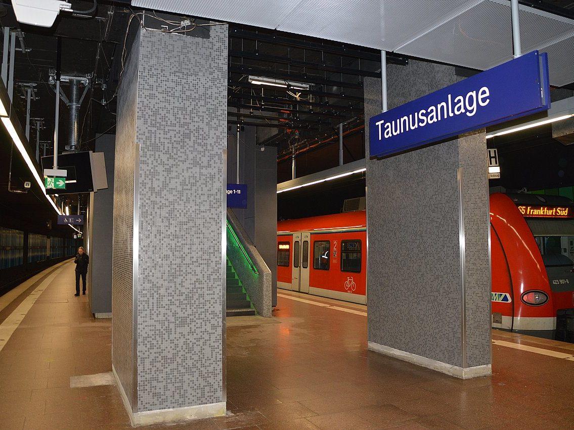 Glasmosaik S-Bahnhof Taunusanlage